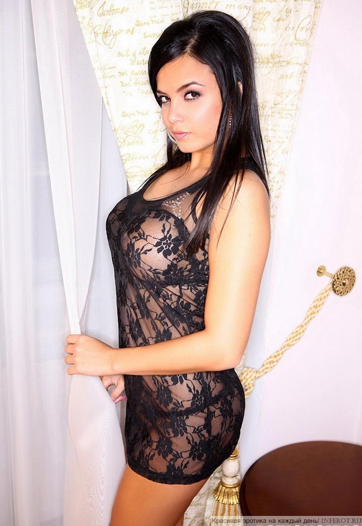Сексуальная брюнетка в эротичном нижнем белье (15 фото)