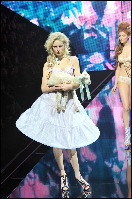 показ белья Etam Lingerie Show 2011 - Karolina Kurkova