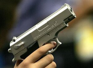 В Уссурийске неизвестный, угрожая предметом, похожим на пистолет, ограбил почту