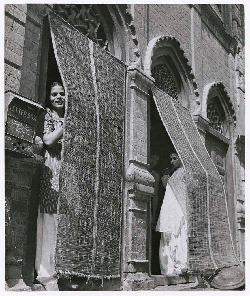 Margaret Bourke-White,индийские проститутки выглядывают из дверей своего борделя, 1946