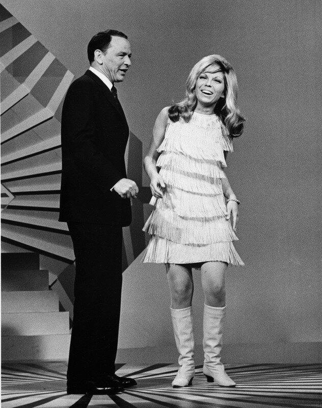 Фрэнк Синатра и его дочь, Нэнси Синатра, выступают на телевидении 1966