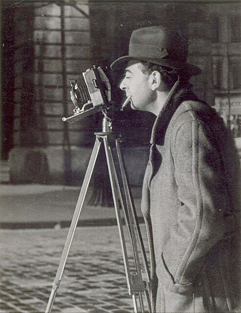 Brassaï photographing Paris at night, 1932