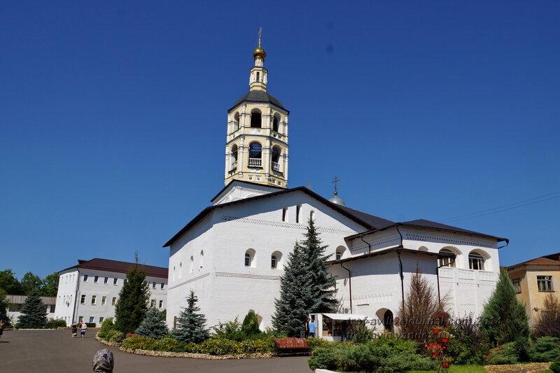 Колокольня конца 17 века и трапезная 1511 года с церковью Рождества Христова, Свято-Пафнутиев Боровский монастырь