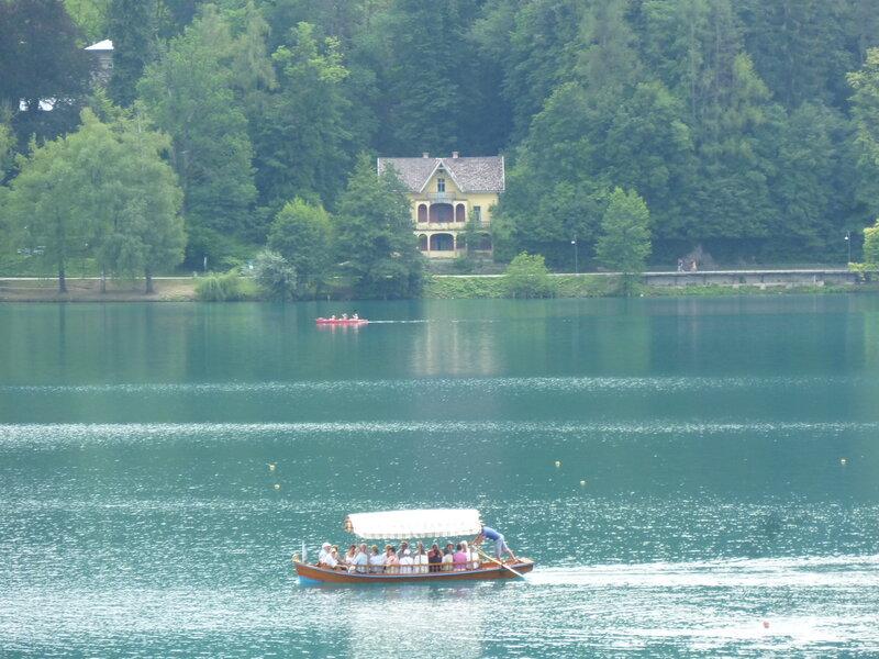 Традиционная лодка-плетна, которая возит на остров