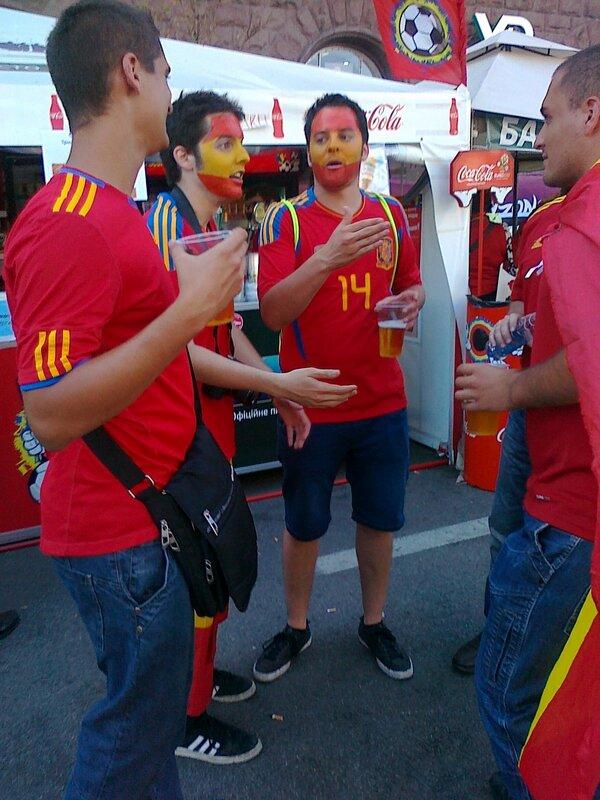 Испанские болельщики пьют пиво в фан-зоне Киева
