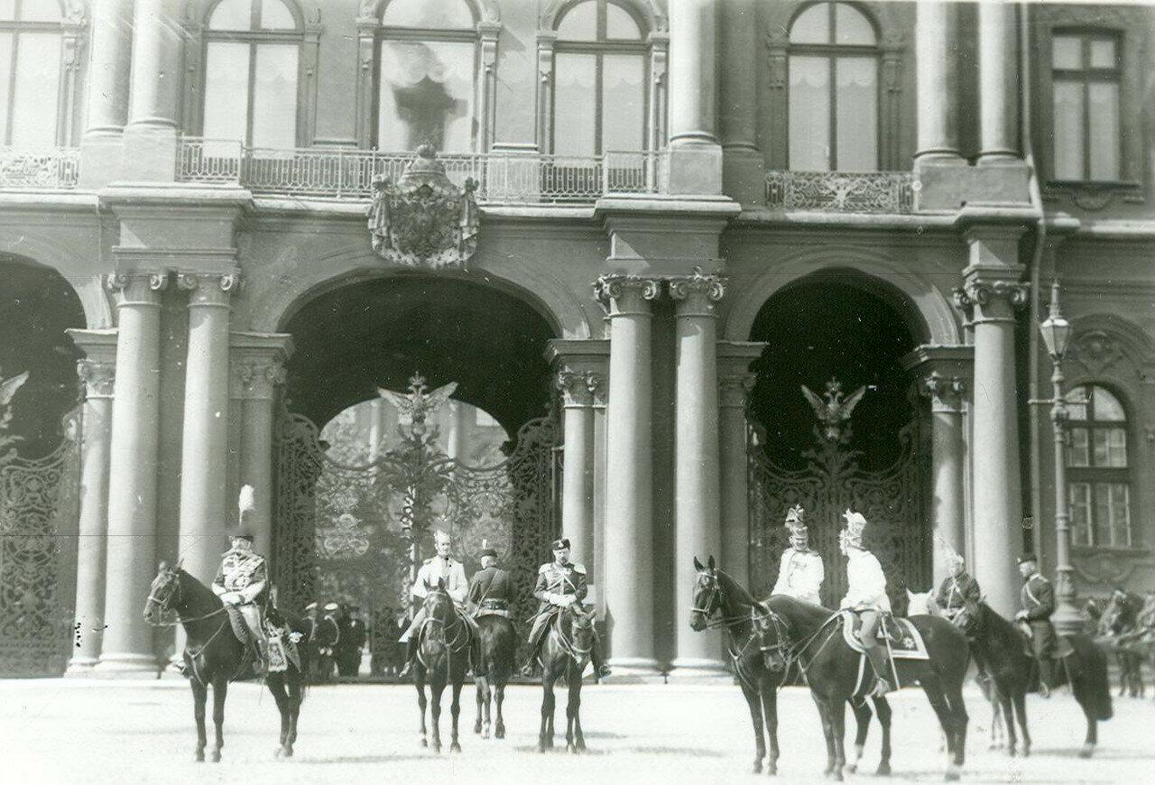 Офицеры гвардейских полков у Зимнего дворца во время приема императором Николаем II членов Городского совета и депутатов Первой Государственной думы