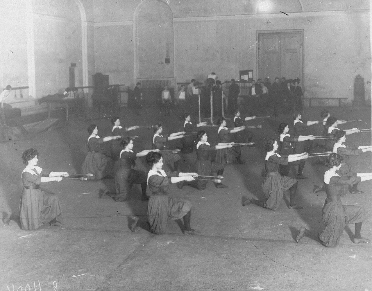 16. Члены Общества телесного воспитания Богатырь выполняют гимнастические упражнения. 1911