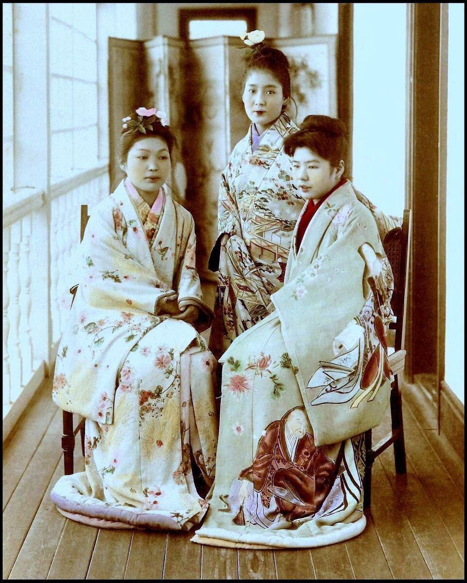 Три майко позируют на веранде