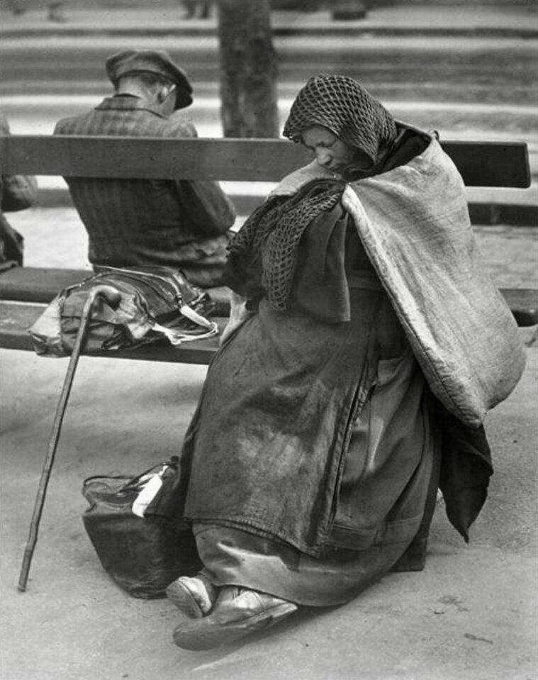 1935.  Два клошара на бульваре дё Рошешуар, Монмартр, Париж