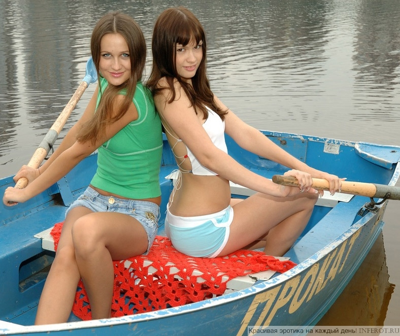 Девчонки решили голышом покататься на лодочке (15 фото)