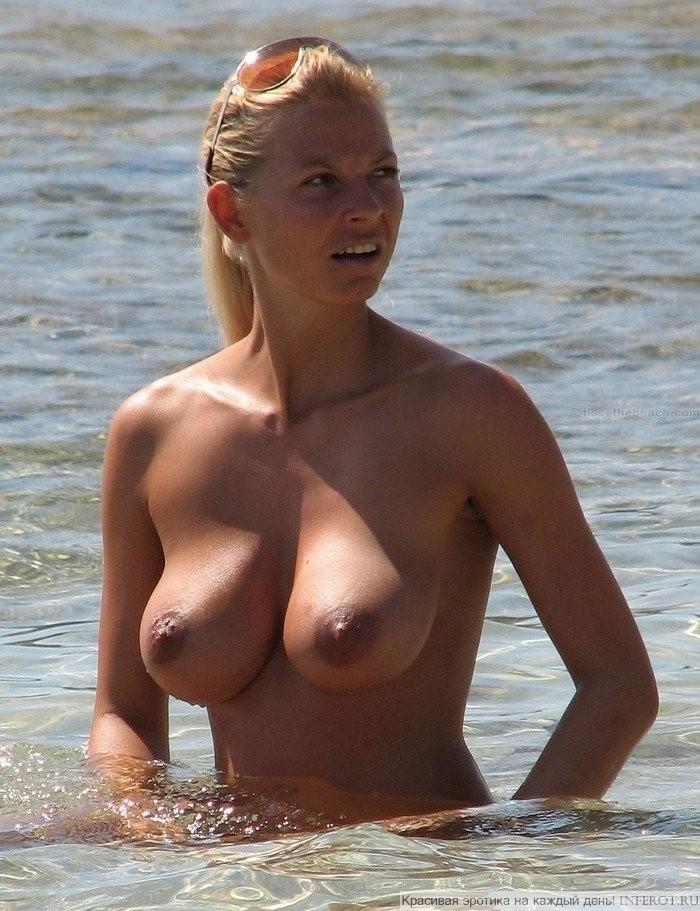 Полногрудая на пляже (8 фото)