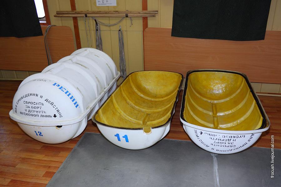 Контейнеры спасательных плотов с теплохода «Илья Репин»