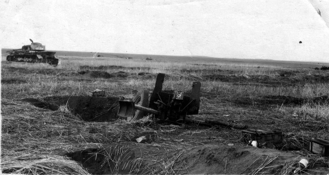 Подбитый немецкий танк Pz.Kpfw.IV на поле боя. 1943 год.
