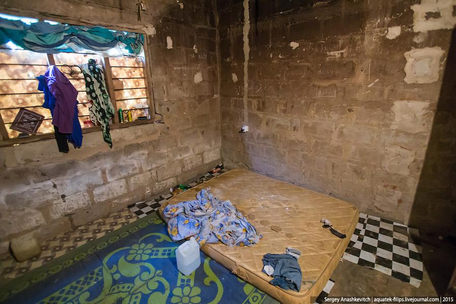 8. Во второй комнате живет половина семейства Амира. Это и самый младший брат, и мать, и бабушка, и