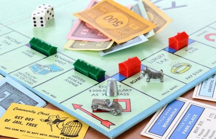 Фактически «Монополию» изобрели два дизайнера — Чарльз Дэрроу и Элизабет Маджи. Изна