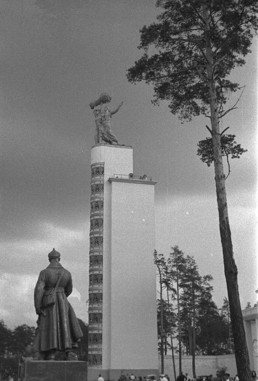 76. Стела Конституции возле Центрального павильона «СССР»