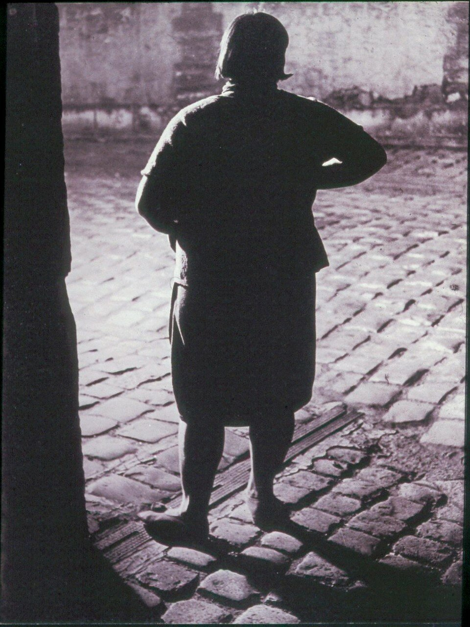 1932. Проститутка возле площади Италии (вид сзади)