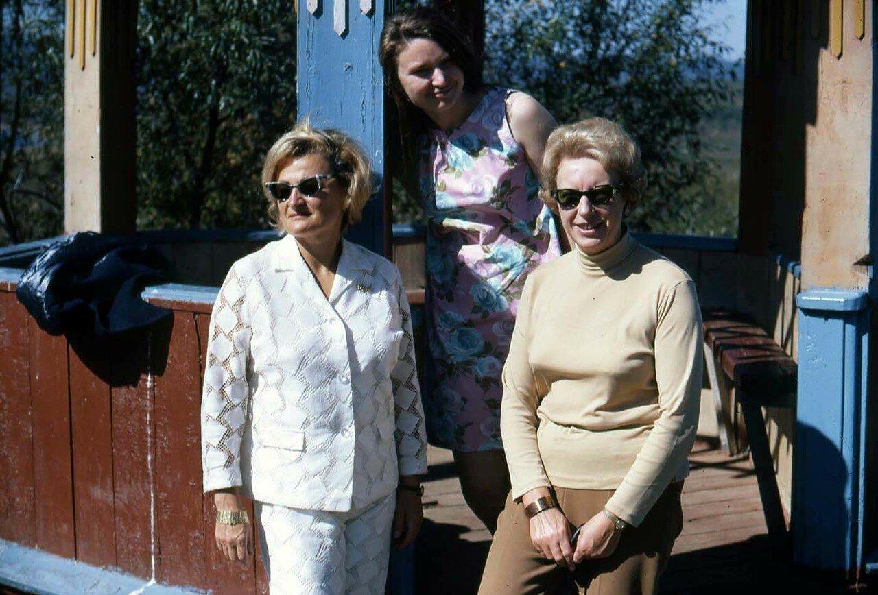 17. Филисс Снайдер (слева), Марго (справа) и еще одна женщина