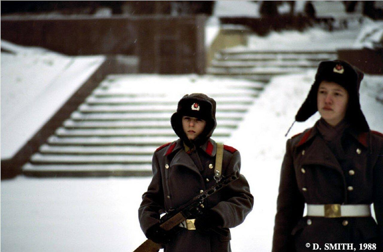Пятигорск. Подростки на часах у мемориала павшим воинам Второй мировой войны