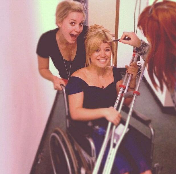 Келли Кларксон в инвалидном кресле