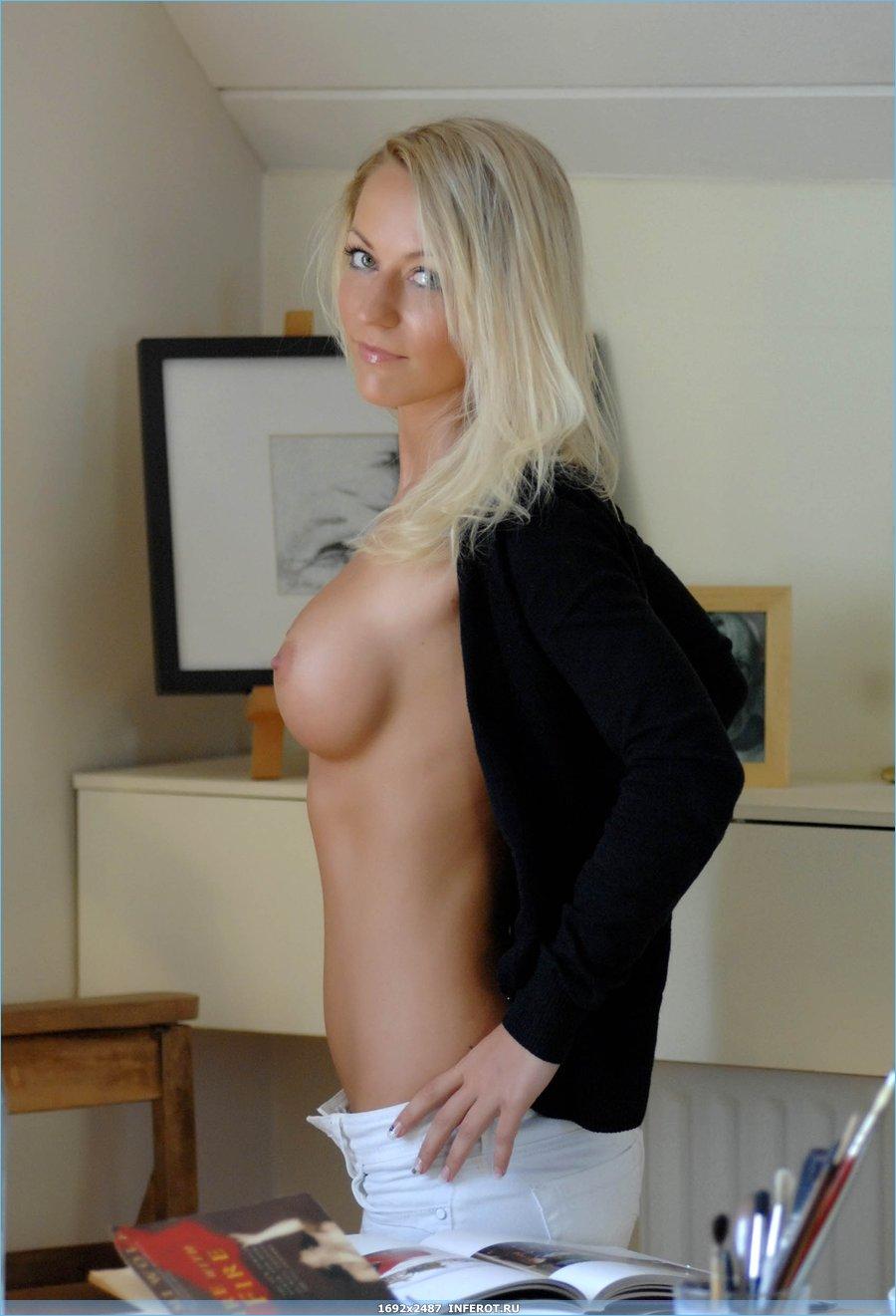 Эротические фото сексуальной блондинки на столе (20 фото)