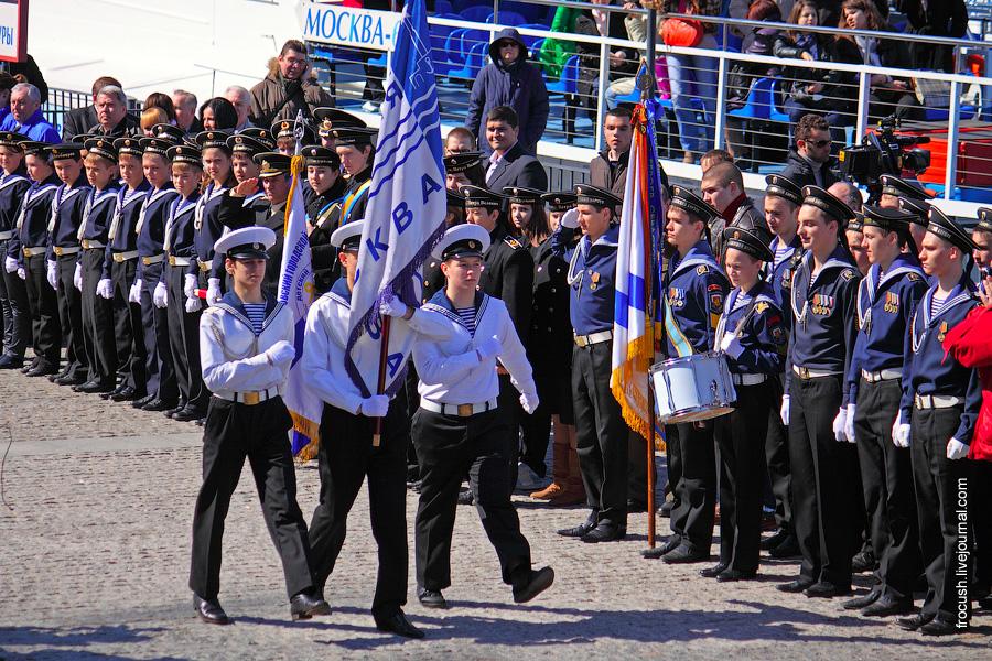 Курсанты Московской государственной академии водного транспорта вносят знамя Столичной судоходной компании