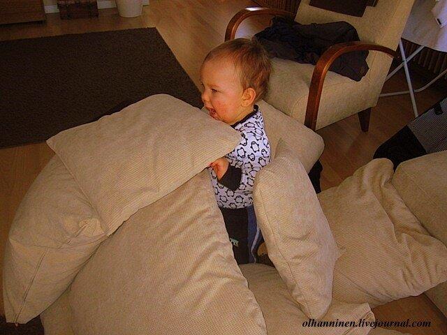Бабушка может построить вместе с внуком замок из подушек