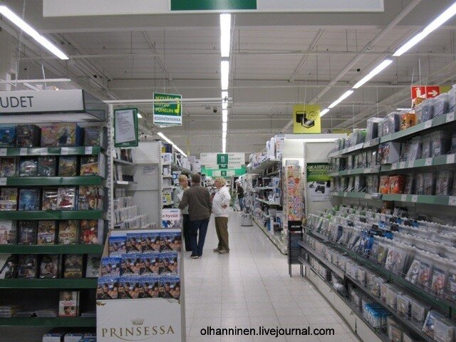 Покупатели консультируются с продавцом в Варкаусе