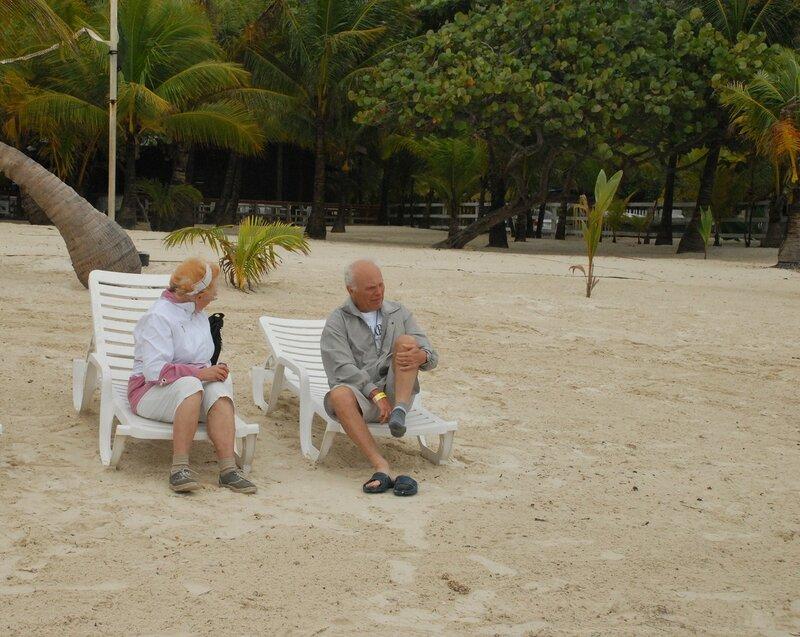 Берег Карибского моря. Пенсионеры отдыхают.