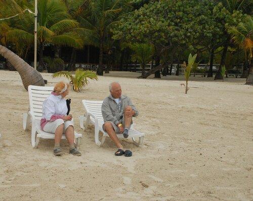 Берег Карибского моря. Пенсионеры отдыхают...