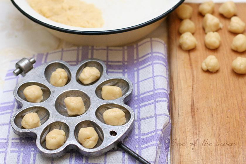 Орешки со сгущенкой. Разложить тесто в формы