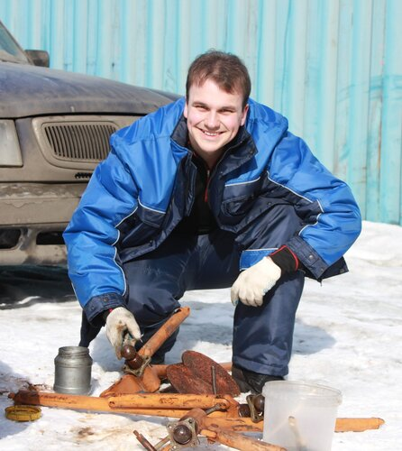 Сергей обслуживает домкрат