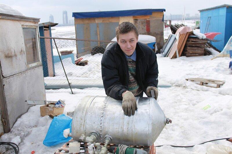 Андрей отчищает гидробак Ил-14Т