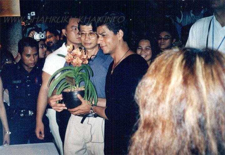 Fan gifted flower to SRK  :)