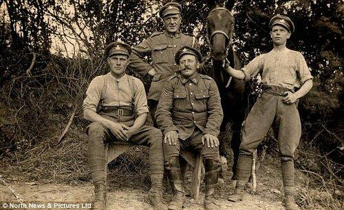 Храбрый сержант Джордж Томпсон на фото стоящий оставили с другими членами 7-го батальона Дурхамского полка легкой пехоты на Марне, Франция.