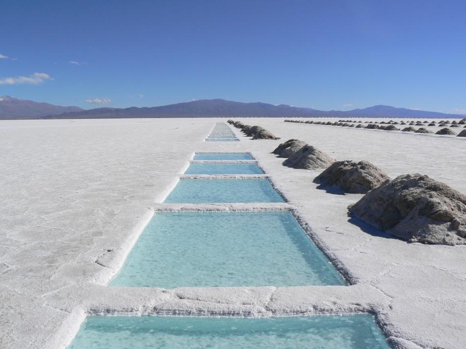 Эта соляная пустыня— крупный солончак, длина которого достигает 250км, аширина— 100км. Когда ид