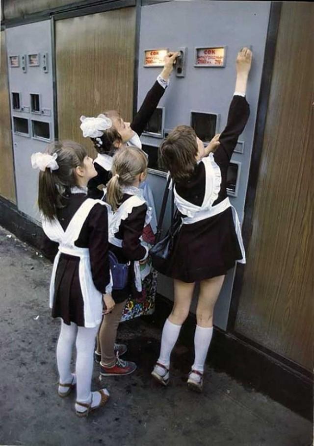 В автоматах можно было купить газировку и сок. Помните, как собирали по 3 копейки?