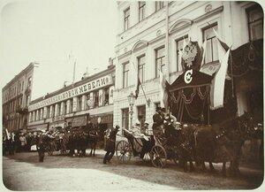 Император Николай II и вдовствующая императрица Мария Фёдоровна (в экипаже) у здания Совета Императорского Человеколюбивого Общества.