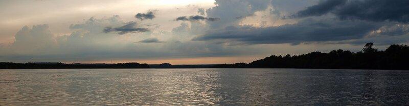После грозы. Панорама реки Вятки с облаками и небом