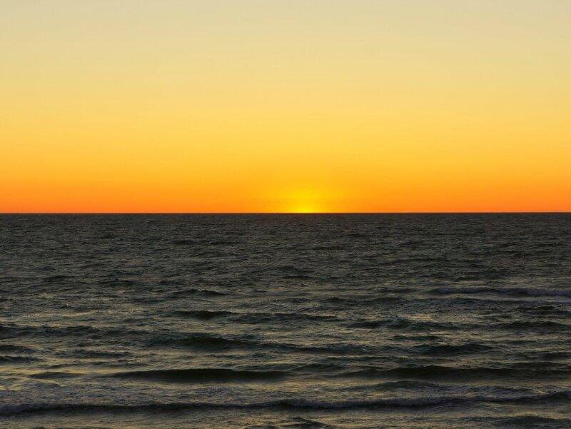 Солнце скрылось в водах Балтики