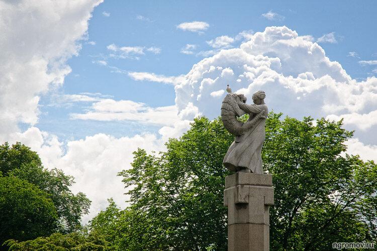 Борьба с креветкой (небо, Осло, скульптура, хохма)