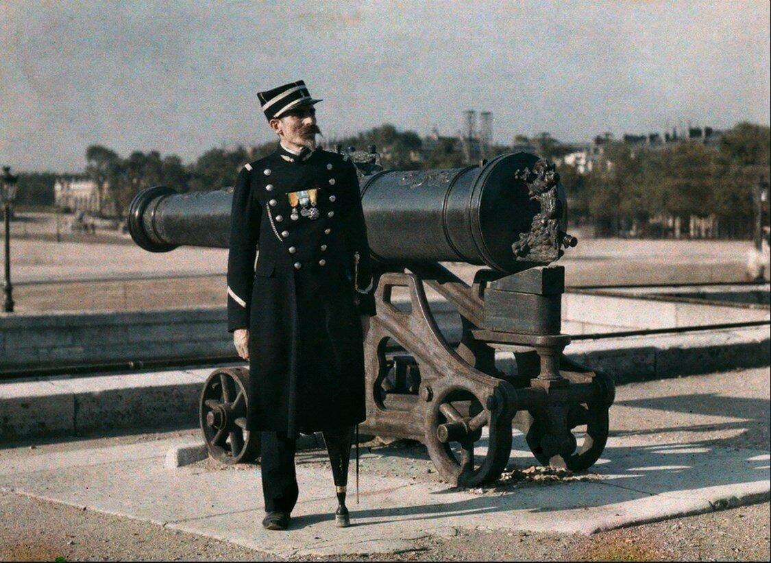 1923. Франция. Солдат-инвалид стоит возле пушки в Париже