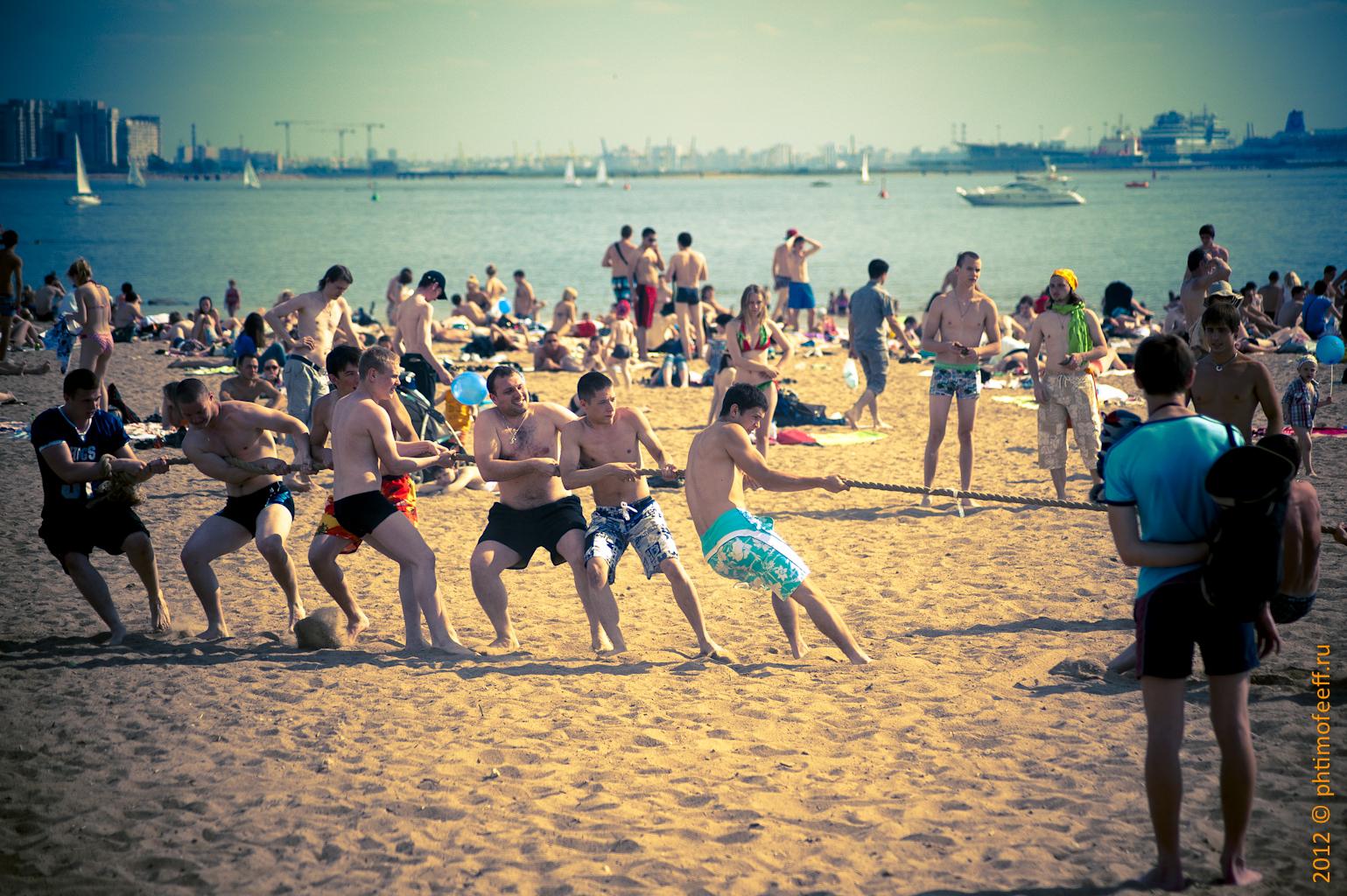 Жара! Звездные красавцы на пляже 79