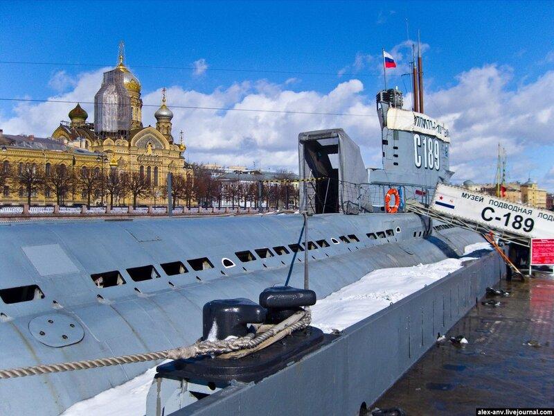 Подводная лодка С-189. Вход на подлодку заботливо укрыт брезентовой надстройкой.