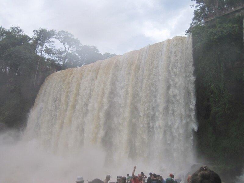 um metro de distância da cachoeira
