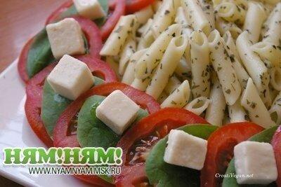 Салат из макарон с сыром Фета и помидорами