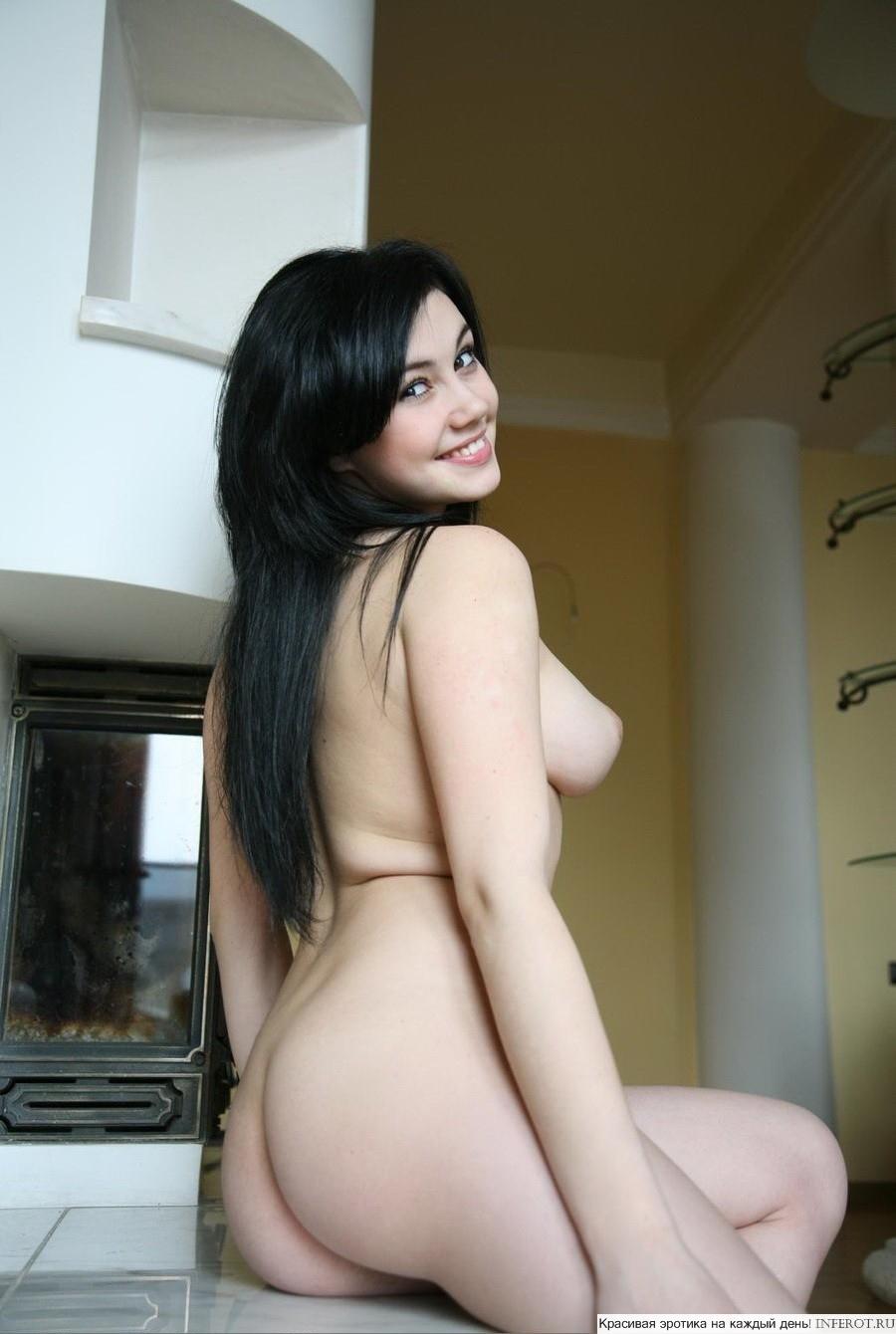 Эротический фотосет очень позитивной и приятной девушки (15 фото)