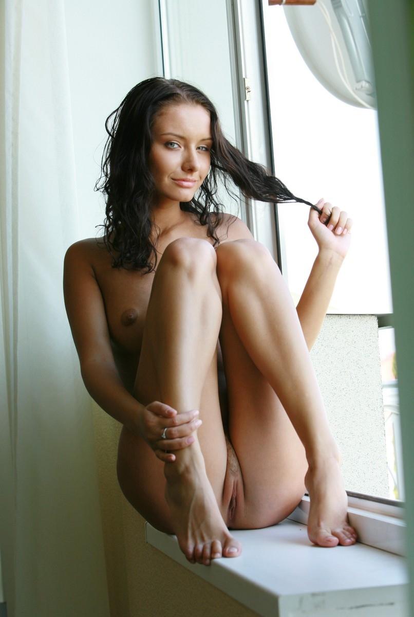 Красивая брюнетка у открытого окна (17 фото)