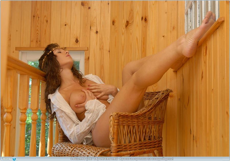 Эротический фотосет полногрудой девушки в летней резиденции (20 фото)