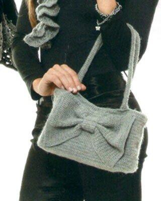 Пепельно-серая сумка с бантом, связанная крючком